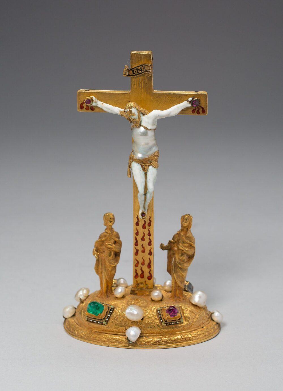 真珠をふんだんに用いた十字架上のキリスト像